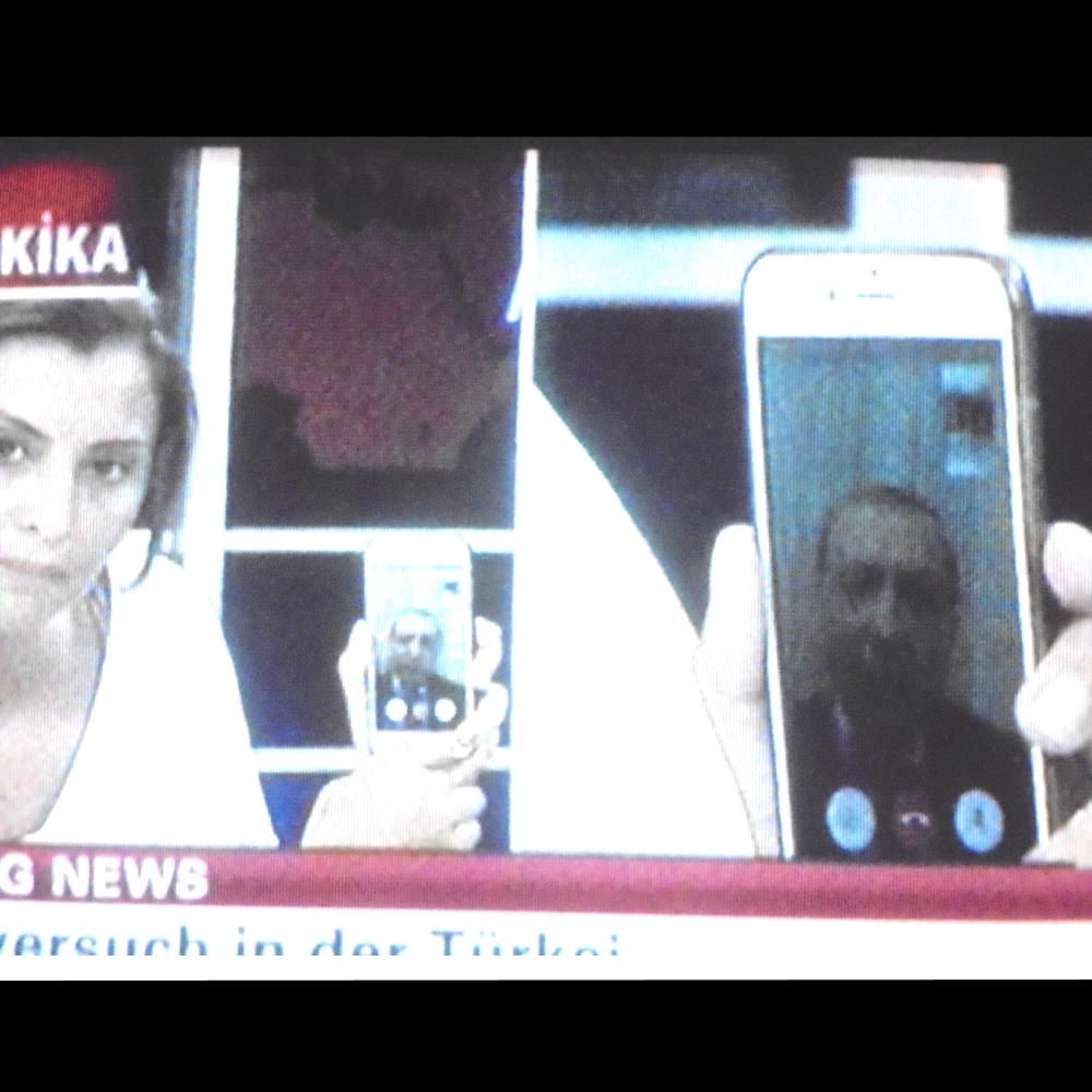 96-dpi-klausens-foto-vom-fernsehen-putsch-versuch-tuerkei-15-7-2016 hier 23-33 Uhr n-tv erdogan spricht auf smartphone