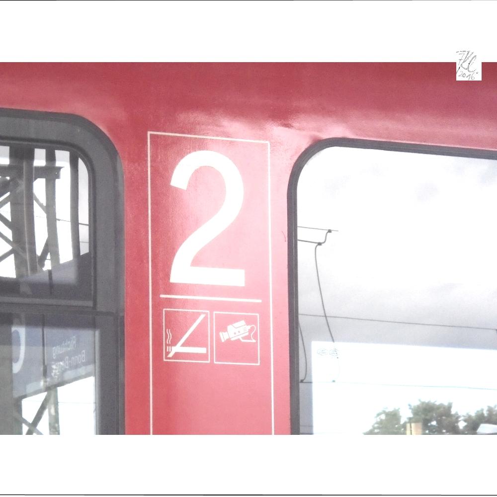 klausens-foto-zug-mit-2-und-kamera-als-symbol-am-bahnhof-troisdorf-1-7-2016